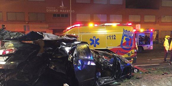 5. Dos muertos y cuatro heridos al estrellarse un turismo contra una mediana en el Paseo de Extremadura