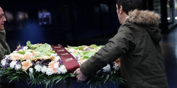 4. Cifuentes y Carmena colocan una corona de laurel en Sol bajo la placa en memoria de las víctimas del 11 de marzo