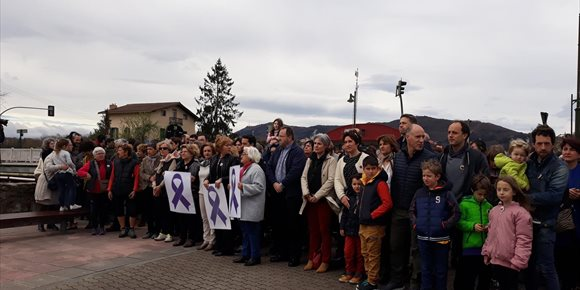3. Unas 200 personas se concentran en Hondarribia para denunciar la última agresión machista en el municipio
