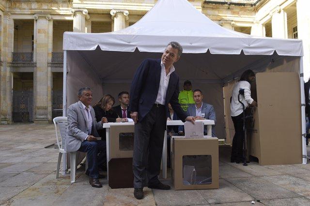 El presidente de Colombia, Juan Manuel Santos, votando
