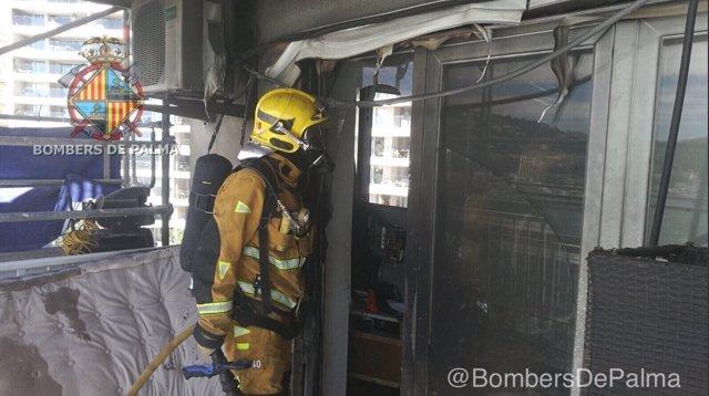 Extinguido un incendio en un séptimo piso en la calle Joan Miró