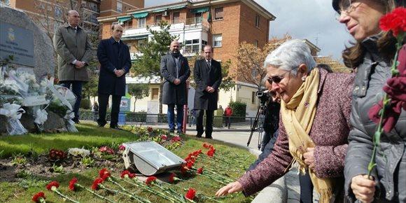 1. Guadalajara recuerda a las víctimas del 11M en un homenaje con claveles rojos en la glorieta dedicada a las víctimas