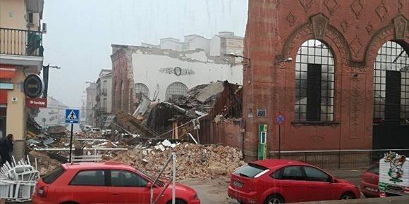 10. El derrumbe en el mercado de Linares (Jaén) afecta a 17 puestos y se apunta al mal tiempo como posible causa