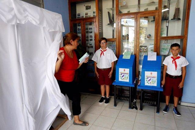 Una mujer vota durante las elecciones parlamentarias de Cuba de 2018
