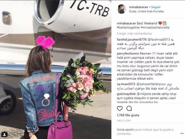 Mina Basaran abordando el avión privado siniestrado en Irán
