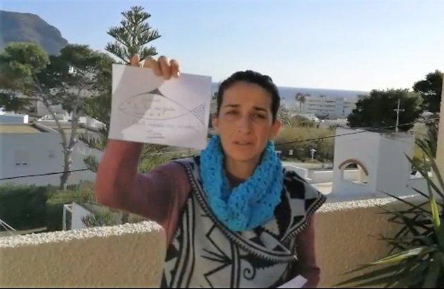 Patricia Ramírez, la madre de Gabriel, muestra un dibujo para su hijo
