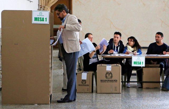 Iván Márquez vota en las elecciones parlamentarias de Colombia