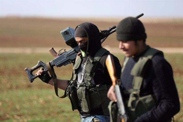 Foto de archivos de milicias kurdas y rebeldes sirios en Alepo.