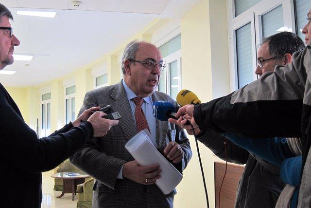 El presidente de la CHG, Antonio Ramón Guinea, atiende a los periodistas en Jaén