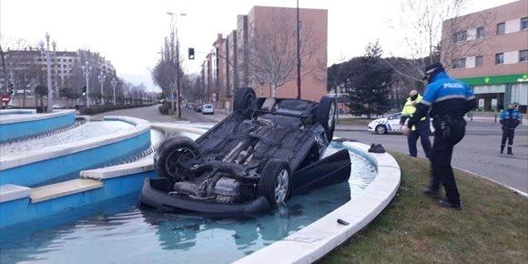 7. Denunciado por huir tras caer con su coche a una fuente en Valladolid