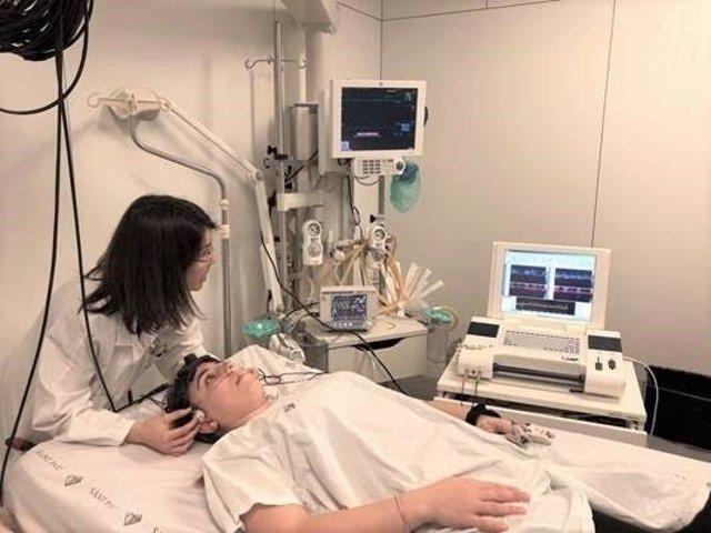 Monitorización del cerebro con dispositivo óptico no invasivo