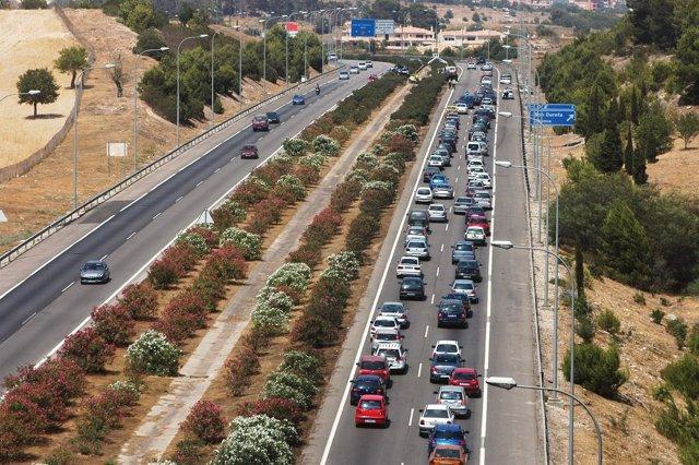 La colisión de tres coches provoca retenciones kilométricas en Vía Cintura