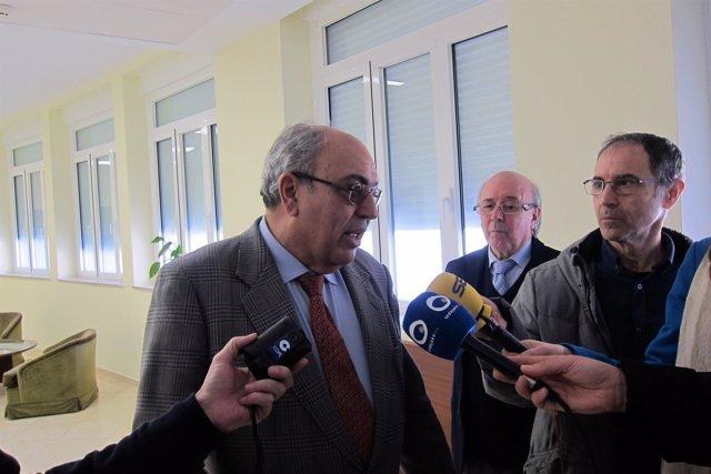 Antonio Ramón Guinea, junto a José Martín, atiende a los periodistas.
