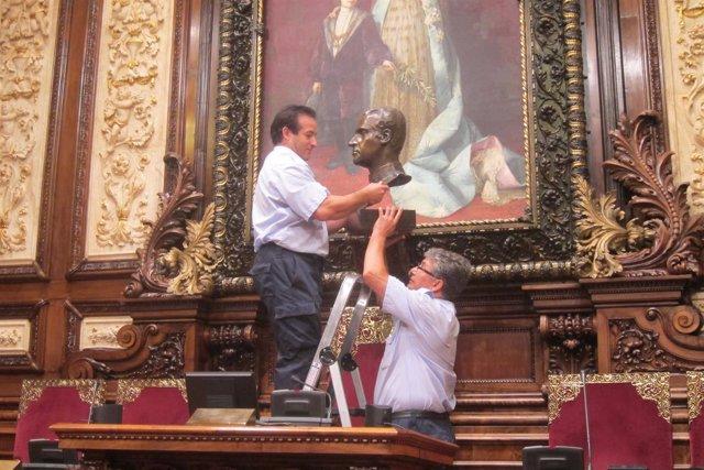 Retiran el busto de Juan Carlos I del Ayuntamiento de Barcelona
