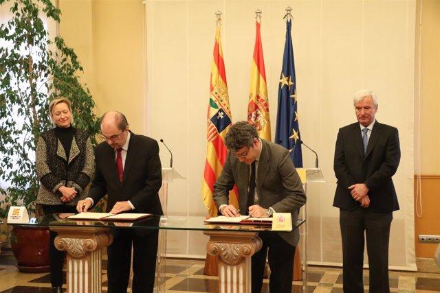 Lambán y Nadal firman el convenio.