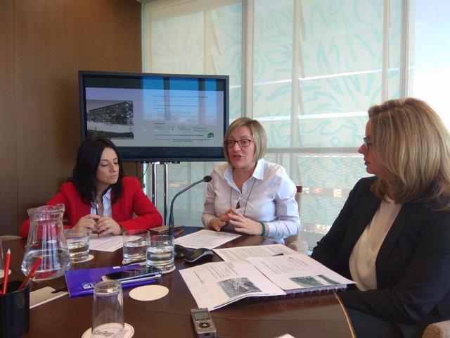 Salvador en rueda de prensa junto a Rebeca Torró y Helena Beunza