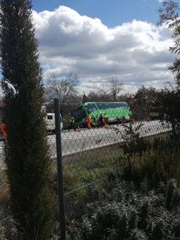 Imagen del autobús de línea que ha sufrido un semivuelco en Los Molinos