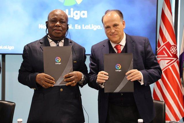 El presidente de LaLiga, Javier Tebas, con su homólogo de Camerún