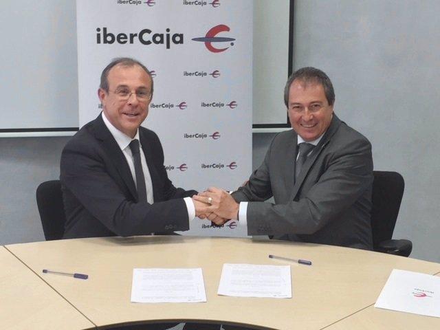 Firma del convenio entre Ibercaja y Arex.