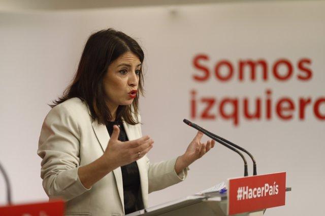 Adriana Lastra da una rueda de prensa en la sede del PSOE
