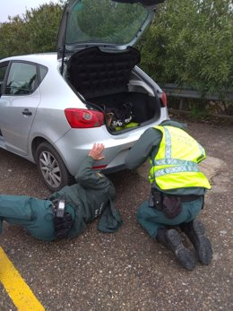 Agentes registrando el vehículo