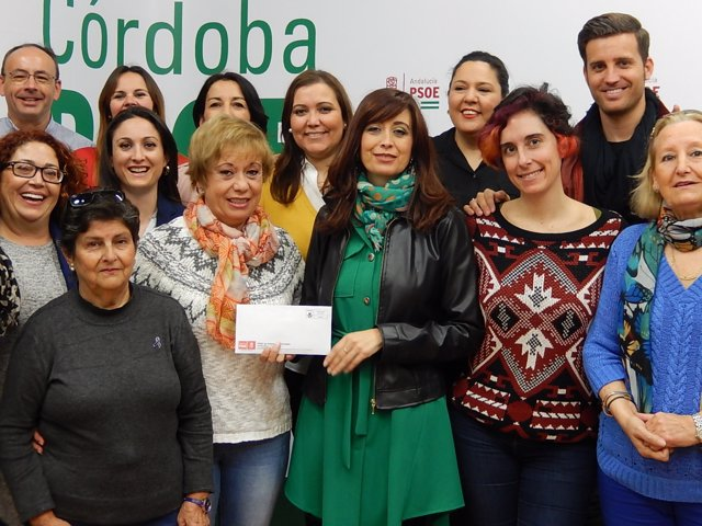 Cañete (centro) y diputados del PSOE hacen su donación a la plataforma