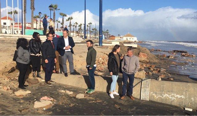 Miembros de Ciudadanos visitan las playas afectadas por el temporal.