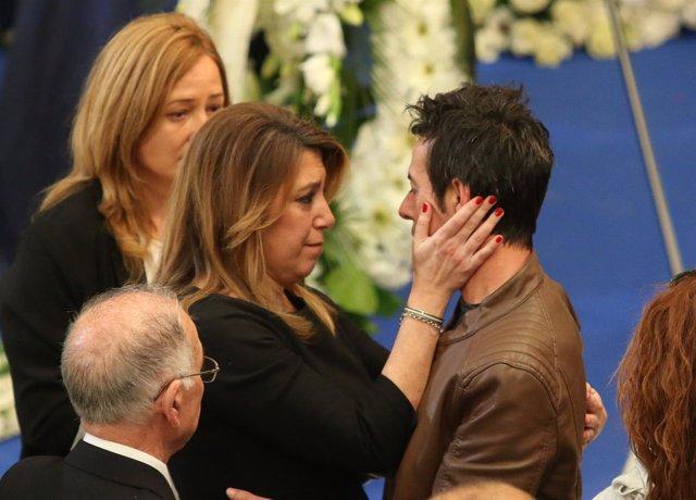 Susana Díaz prodiga gestos de consuelo a Ángel Cruz, padre de Gabriel