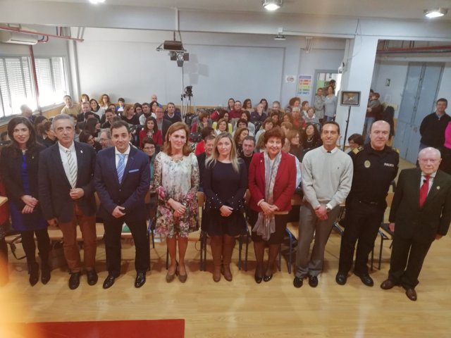 López (tercero por la izda.) en el colegio Nuestra Señora de Araceli de Lucena