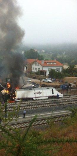 La locomotora del tren Alvia, instantes después del accidente en Angrois