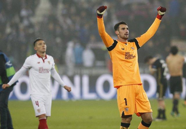 El Sevilla celebra el pase a octavos de la Champions. Sergio Rico levanta brazos