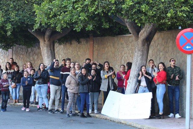 Gente frente a la Comandancia de la Guardia Civil de Almería