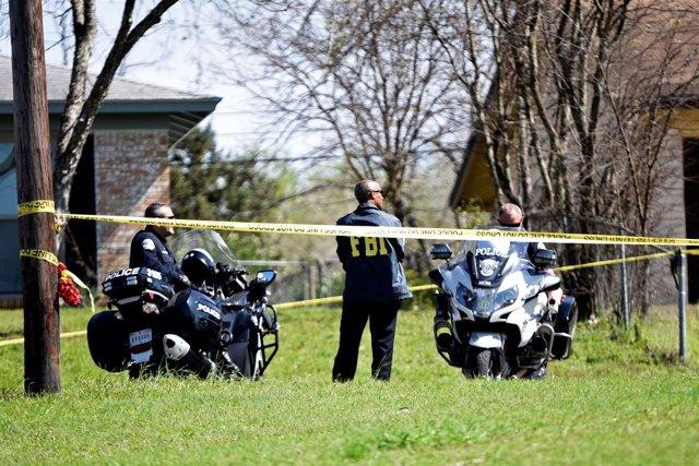 Policías y agentes del FBI vigilan la escena de una explosión en Austin, Texas
