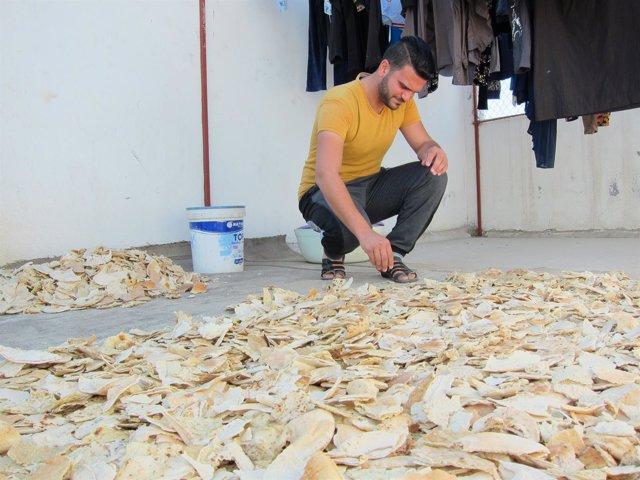 Mohamad preparando el pan seco