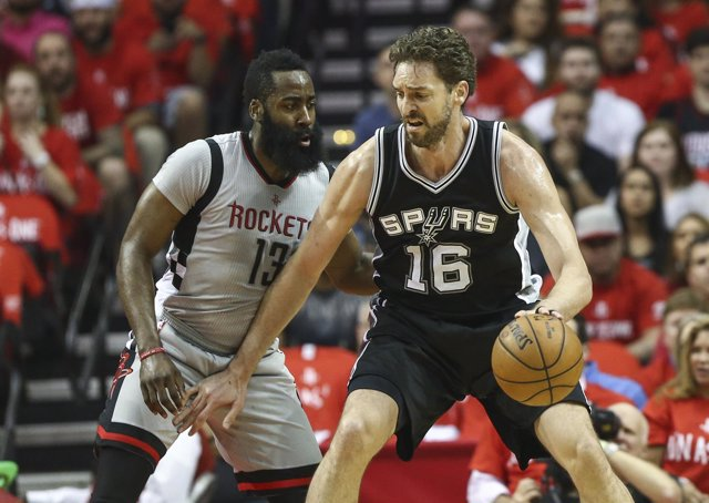 Pau Gasol (Spurs) y James Harden (Rockets)