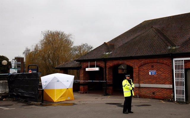 Cordon policial cerca de donde Sergei Skripa fue envenenado en Salisbury