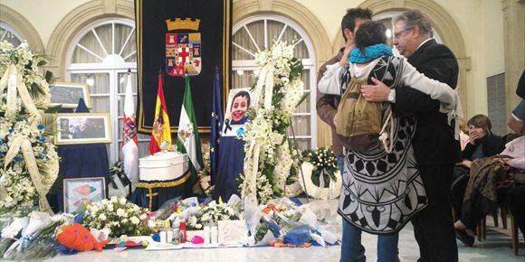6. La madre de Gabriel regala a Zoido la bufanda de su hijo que llevó puesta todos los días de búsqueda
