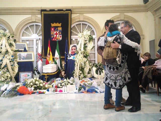 Juan Ignacio Zoido consuela a los padres de Gabriel Cruz