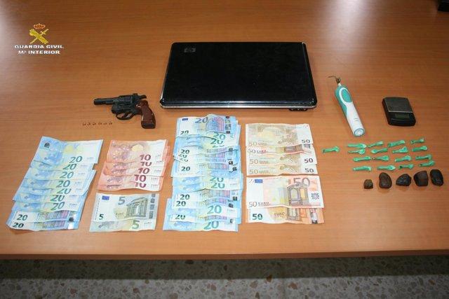 Material incautado del punto de venta de droga en Tarifa