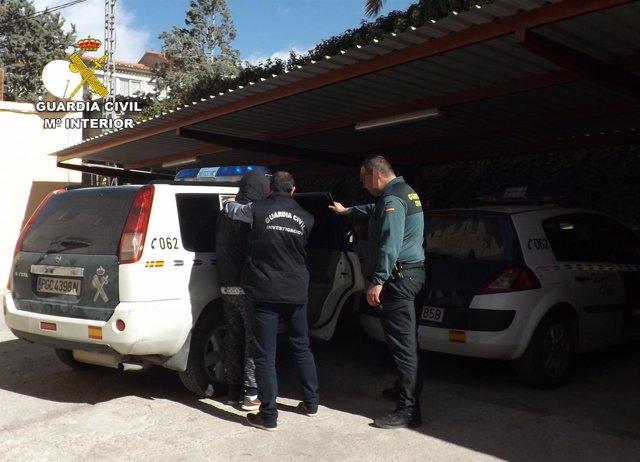 El detenido, siendo trasladado por la Guardia Civil