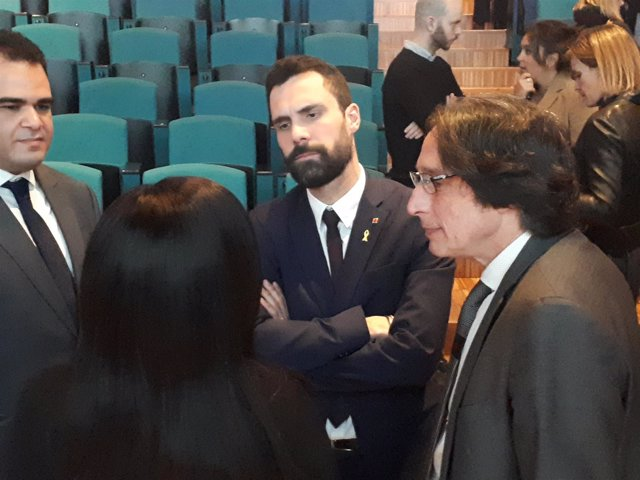 Roger Torrent habla con M.Marope en jornada educativa