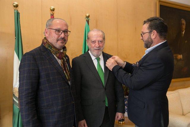 Los fundadores de Puerto de Indias prenden su pin a Villalobos