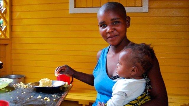 Mujer congoleña con su hijo