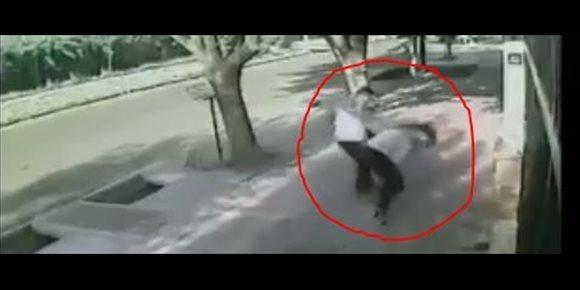 9. Agrede brutalmente a una mujer con una pistola para robarle el bolso, en Argentina