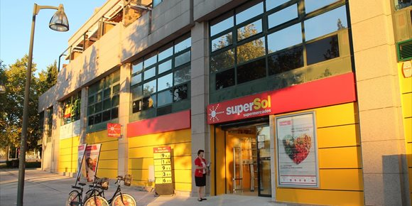7. La cadena de supermercados Supersol reabre este miércoles su establecimiento de la plaza de la Alfalfa de Sevilla