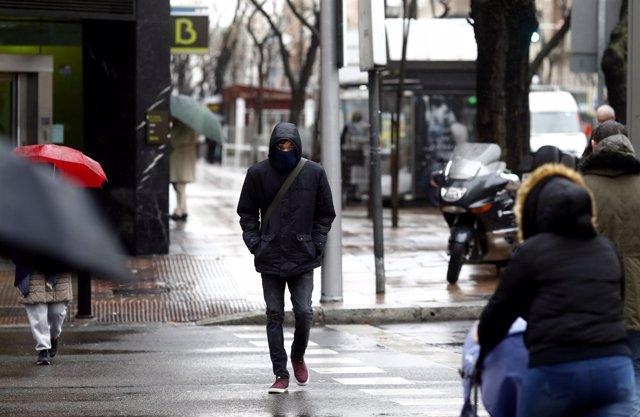 Persona por la calle un día de lluvia