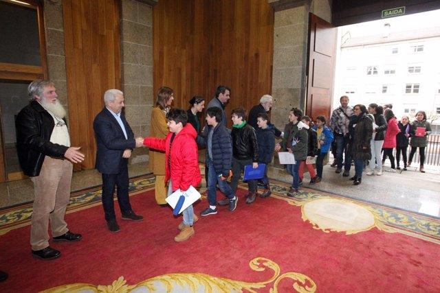 Santalices y diputados reciben a los escolares a su llegada al Pazo do Hórreo