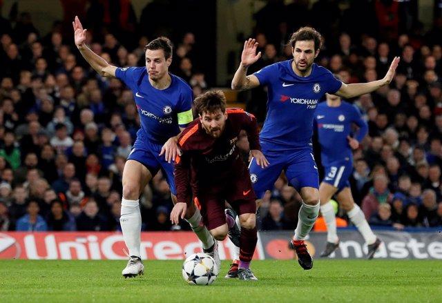 Messi se libra de Cesc y Azpilicueta en un Chelsea - Barça