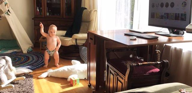 Bebé bailando una canción de rock piscodélico del grupo MGMT