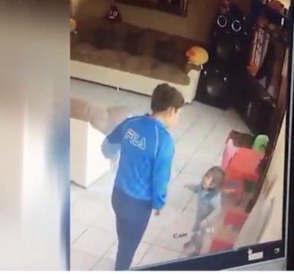 Una niñera golpea con brutales patadas a dos bebés gemelos en México